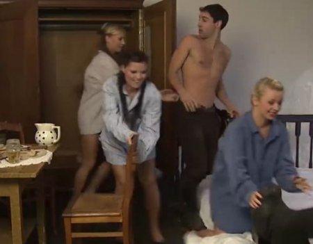Девушки спрятались в шкафу и устроили парням групповую секс-засаду