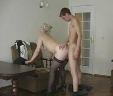 Русскому молодому парню понравилось в гостях у зрелой мамы Лены