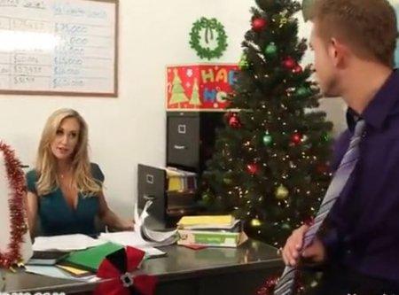 Секретарша на новый год дала начальнику за премию в конверте