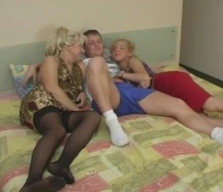 Счастливый студент делит постель с подругой и её мамой в чулках