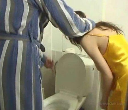 Отчим проучил неряшливую падчерицу за несмытую бумагу в туалете