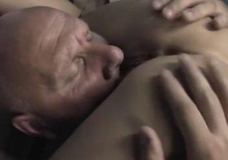 Старый лысый развратник использует девушку с леденцом для секса