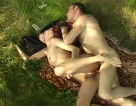 Русский секс на лесной полянке где друг выебал пьяную подругу в жопу