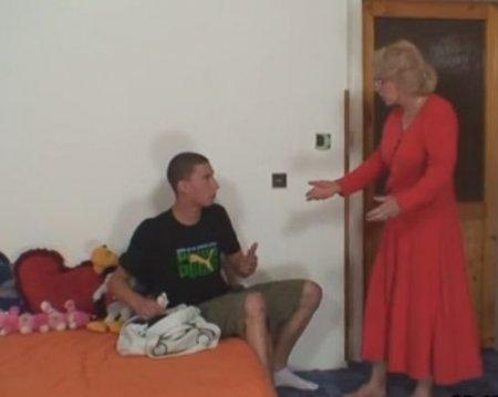 Тёща поймала зятя воришку и шантажом заставила изменить с ней жене