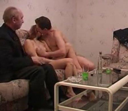 Старый свекор пенсионер поимел молодую невестку сына на посиделках