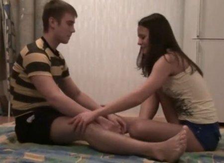Девка трахнулась пытаясь обучить парня домашней гимнастике