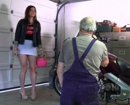 Дед отшлепал по попе и трахнул красивую пьяную внучку в гараже