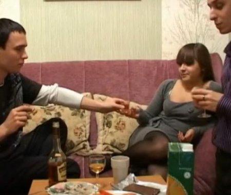 Парни напоили приличную девушку и хорошо трахнули по-пьяни на видео