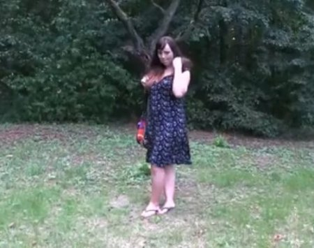 Упитанная девушка с красивой сочной грудью в парке дала пикаперу