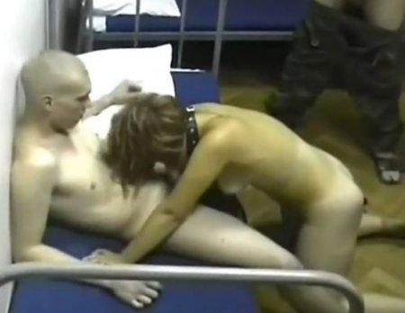 Ночной караул не спит - русские солдаты снимают порно в казарме