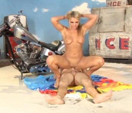 Телка в бикини сосет член перед жарким сексом на пляжной декорации