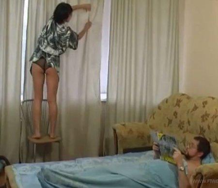 Дочь на уборке квартиры задрала домашний халат чтобы отдаться отцу