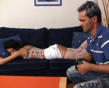 По-тихому подошёл и выебал спящую дочь после мокрой мастурбации