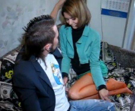 Не стала ждать когда парень предложит секс и сама раздвинула ноги
