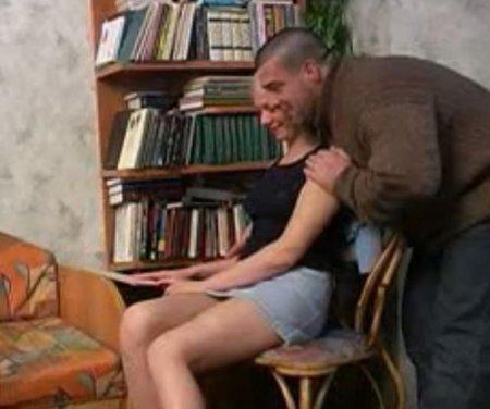Дяде хочется ебать племянницу в юбке и он потихоньку пристаёт к ней