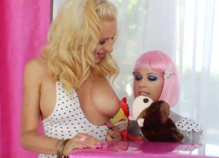 Красивая лесбиянка с трансом играют в куклы и ебутся страпоном