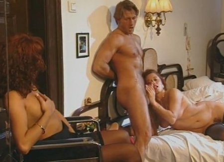 Жена инвалидка в кресле возбудилась на секс мужа с любовницей