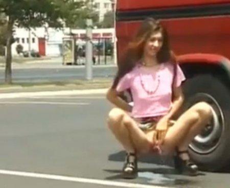 Нагло писающие на улице молодые девушки - уличная писсинг подборка