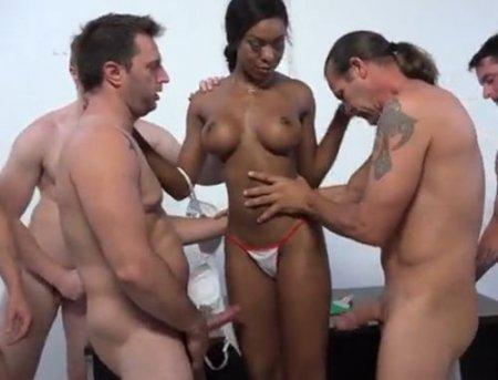 Негритянка-медсестра проводит мужской медосмотр с еблей и буккаке