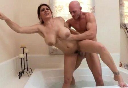 Случайно застал в ванной голую маму друга и уговорил её трахнуть