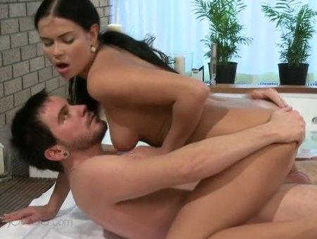 Красивый секс в ванной со смуглой длинноволосой брюнеткой