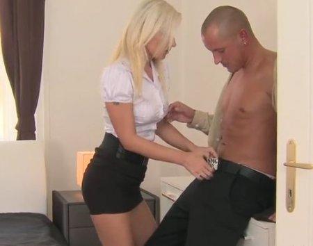 Возбужденного любовника блондинки в мини юбке не хватило надолго