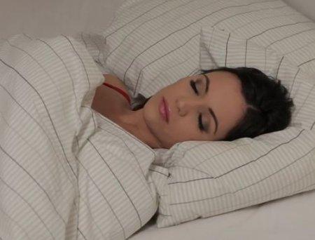 Получила оргазм от секса с подушкой и в мокрых трусиках легла спать