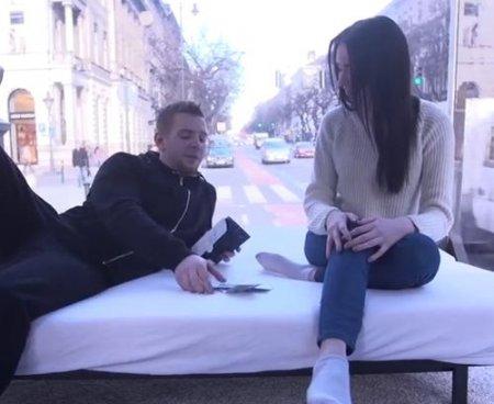Русская студентка в Европе продалась за деньги в стеклянном фургоне