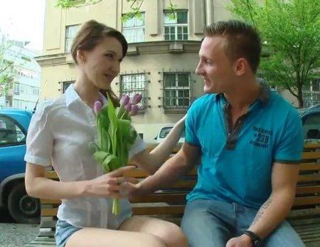Подарил цветы на свидании милой молодой худышке и трахнул у неё дома