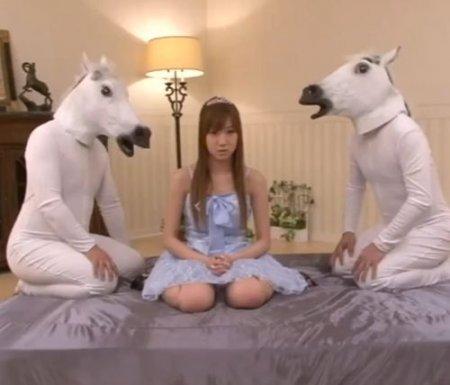 Странные развлечения молодой японки с двумя белыми жеребцами