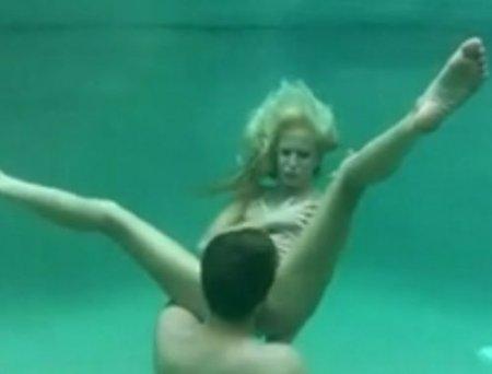 Короткий секс без акваланга под водой молодых любителей фридайвинга