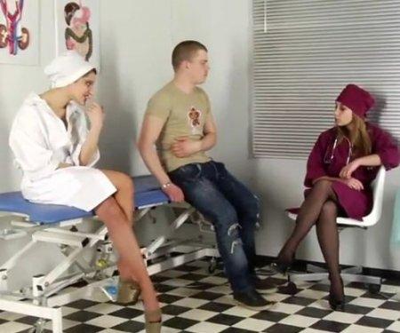 Врачиха с медсестрой на осмотре берут сперму на анализ у парня