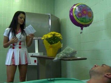 Медсестра дарит безвозмездный анальный секс пациенту на койке