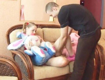 Русский парень трахнул девушку с косичками на любимом плюшевом мишке