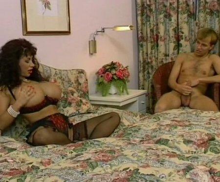 Шлюхен-унд-трахен сексапильной немецкой матюрки с огромной грудью