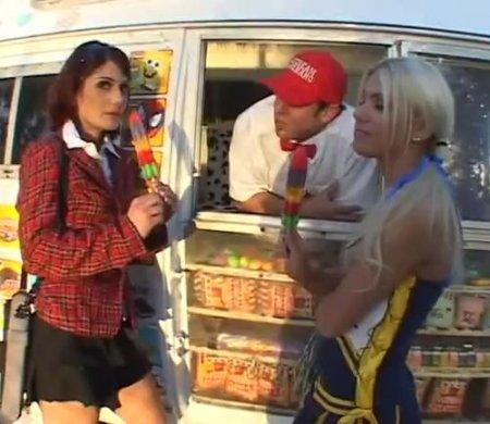 Продавец угостил двух студенток мороженым и выебал сучек в фургоне