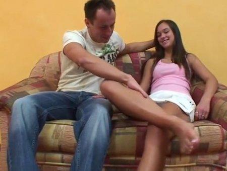 Милашка перед другом раздвинула длинные ноги в юбке и дала в пизду