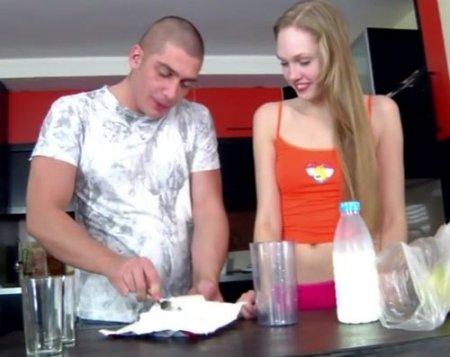 Показал девушке как делать молочный коктейль и полез трахать