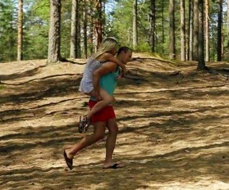 Прогулка с парнем по лесу закончилась красивым сексом на природе