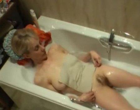 Сын скрытой камерой снимает как голая мама мастурбирует в ванной