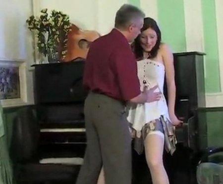 Учитель учит девушку играть на пианино и склоняет пианистку к сексу