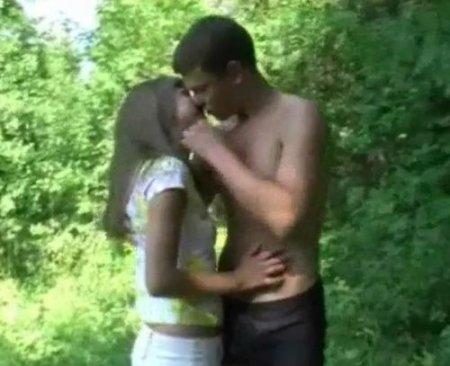 Первая близость в лесу 18 летних парня и девушки на лоне природы