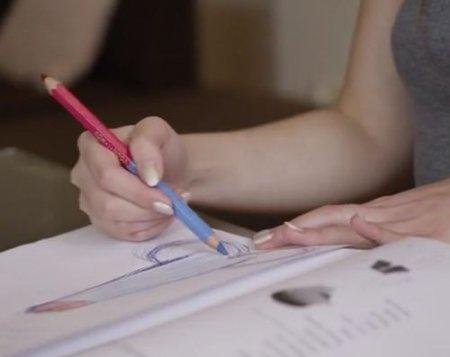 Увидел как девушка рисует член на уроке и сексом наказал ученицу