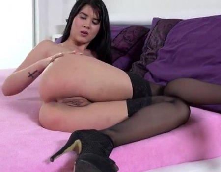 Девка в комплекте эротического белья сосет и дает трахать в жопу