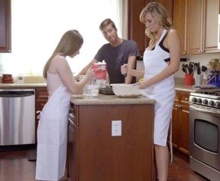 Жаркое порно жмж на кухне с девушкой и её голой мамой в фартуке