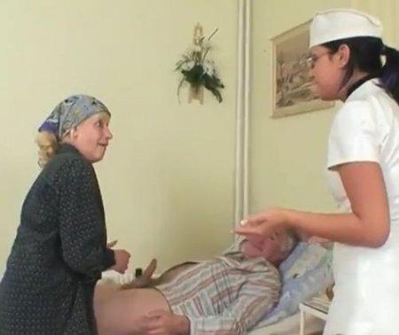 Молодая медсестра помогла старой жене удовлетворить мужа на койке