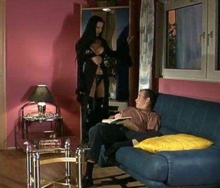 Молодой немец не устоял перед грудастой милфой в чёрном латексе