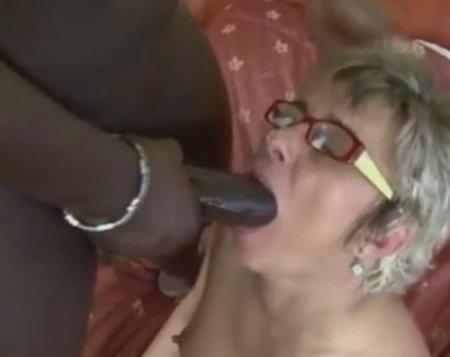 Зрелая блядь мечтала о черном члене в жопе и получила анал с негром