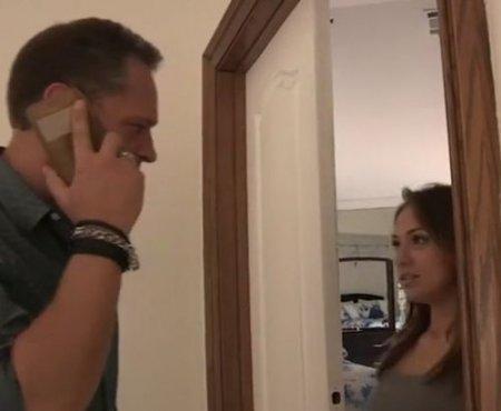 Падчерица вышла из комнаты отчима и попала на его горячий член