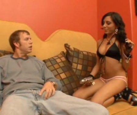 Сексуальная хозяйка в доме сосёт хуй и даёт грязному садовнику